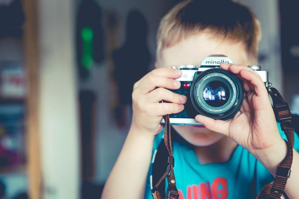 カメラを向ける男の子