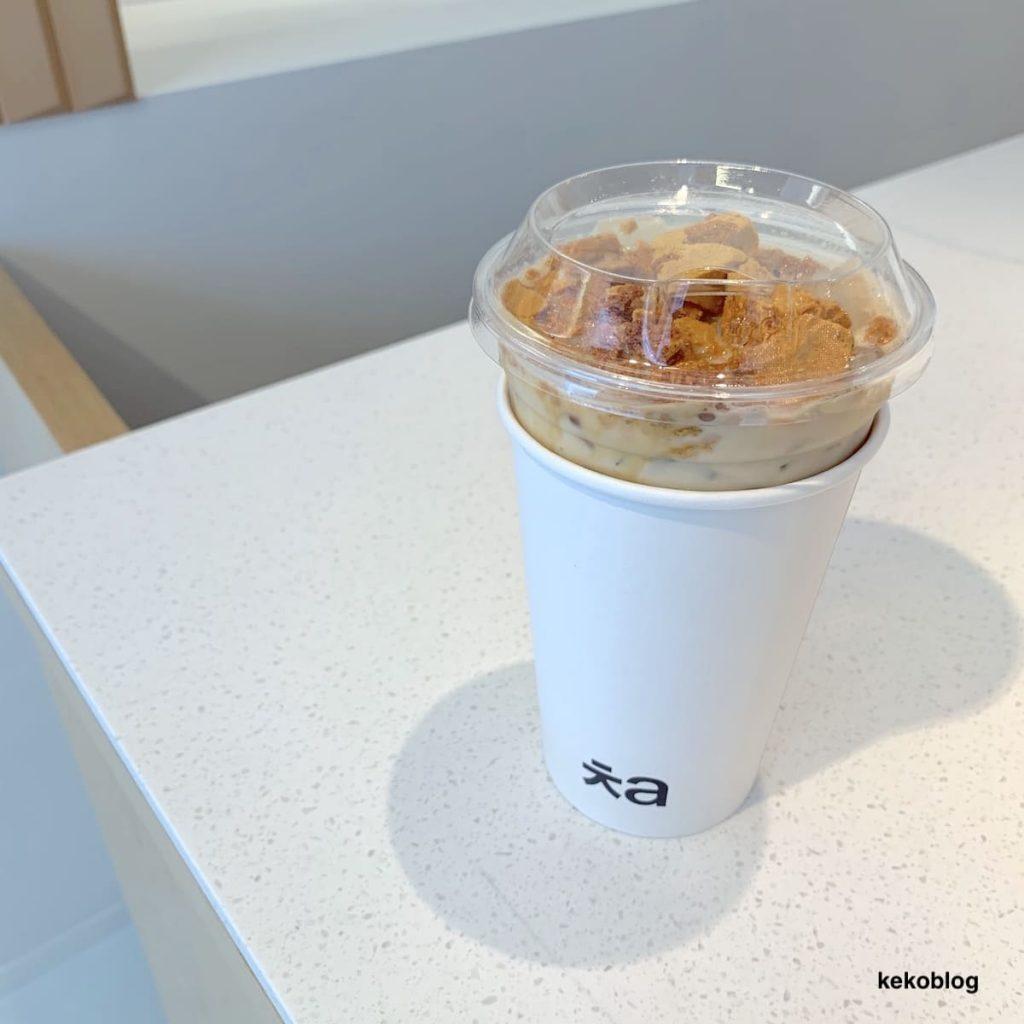 「ㅊa(チャ)」青山店のメニュー、一番人気「タルゴナアッサムミルクティー」